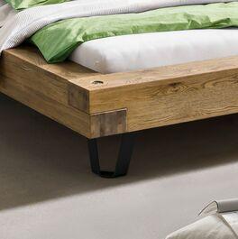Bett Adriel aus stabilem Massivholz mit Metallfüßen