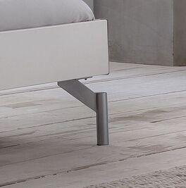 Bett Akuma mit angesagten Metall-Bettbeinen