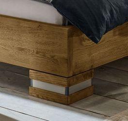 Bett Alvorada mit Stahlmanschetten an den Massivholz-Füßen