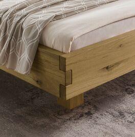 Bett Andau mit nach innen versetzten Füßen