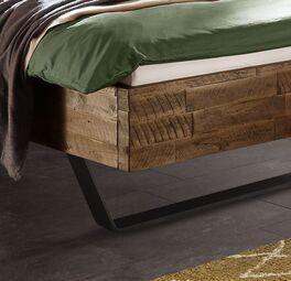Rustikales Bett Aulis mit stabilen Metallkufen