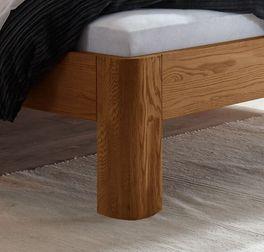 Bett Barcelona mit stabilen Massivholz-Füßen