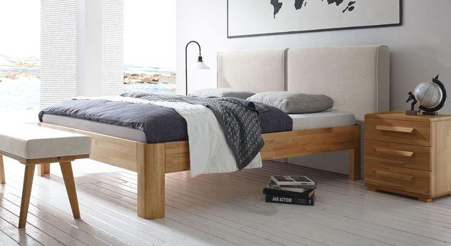 Echtholz-Bett Barra mit beigefarbenem Wandpaneel