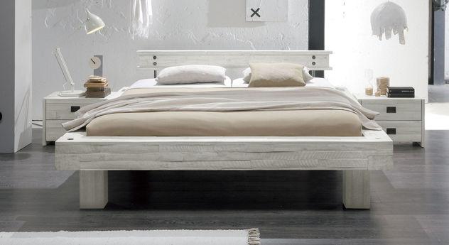 Bett Buena in Weißer Akazie mit 25 cm Füßen