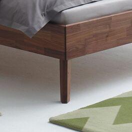 Bett Carman mit schlanken Holzbettbeinen