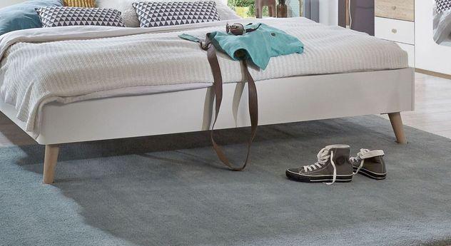 Bett Corvara mit ausgestellten Holzfüßen
