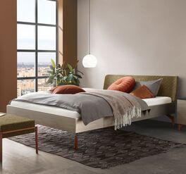 Modernes Bett Diorit mit silbernem Bettrahmen