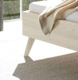 Bett Elvinar mit stabilen Füßen aus Wildeichenholz