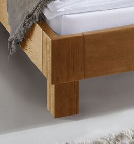 Bett Floriano mit Bettfüßen aus Massivholz