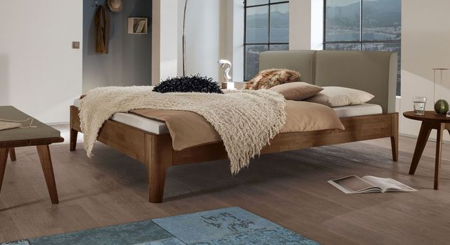 Bett Gori aus Nussbaumholz mit taupefarbenem Kopfteilpolster