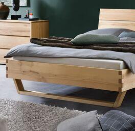 Bett Grimar aus Massivholz mit modernem Design