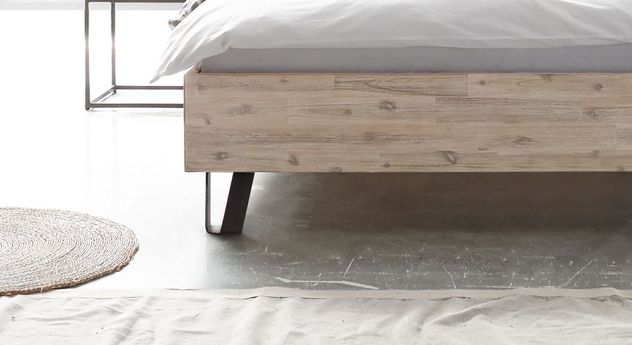 Bett Imatra mit modernen Metallfüßen