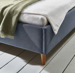 Bett Indore mit stabilen und charmanten Holzbeinen