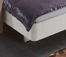 Massives Bett Iraklia mit nach innen versetzten Bettbeinen