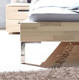Bett Kaspars mit verchromten Metallfüßen
