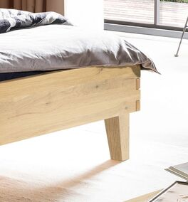 Bett Kiljan mit schlanken Holzfüßen