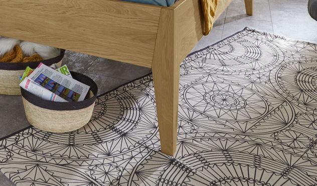 Modernes Bett Lancy mit schmalen Bettbeinen