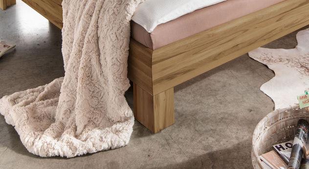 Bett Lienz mit bündigen Winkelfüßen