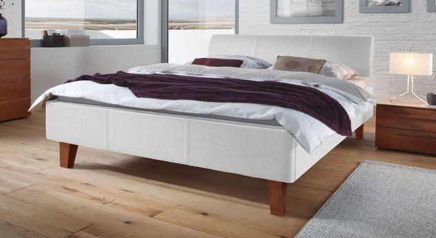 Weißes Bett Lopo mit  kirschbaumfarbigen Füßen