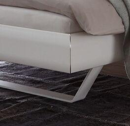 Bett Lukava mit weißen Metallkufen