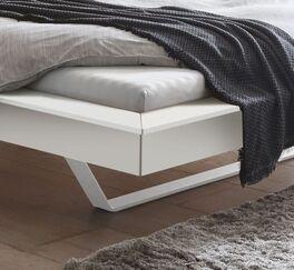 Bett Markia mit weißen Metallkufen