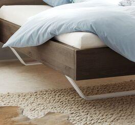 Bett Nakiri mit massiven weißen Metallkufen