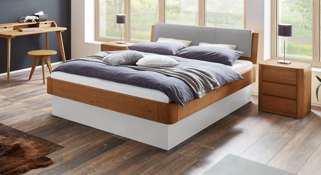 Cognacfarbenes Bett Otavalo mit weißem Sockel