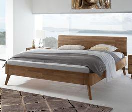 Schlichtes Bett Parkano mit modernen Details