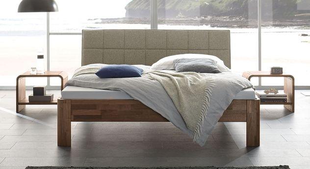 Bett Pello aus Nussbaum mit sandgrauem Kopfteil