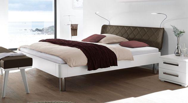 Weißes Bett Perama mit braunem Kopfteil