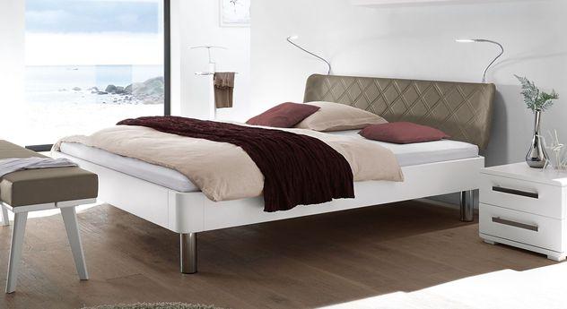 Weißes Bett Perama mit Kopfteil in Taupe