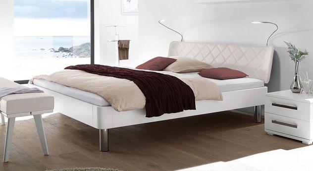 Weiß deckendes Bett Perama mit Chromfüßen