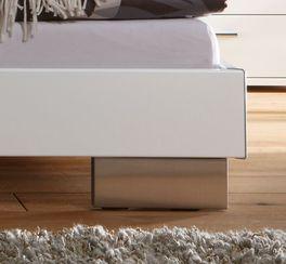 Modernes Bett Piceno mit massiven Metallfüßen