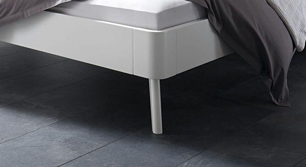 Bett Pori mit Fuß aus weißer Buche