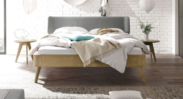 Bett Rakaia mit 25 cm Fußhöhe und hellgrauem Kopfteil