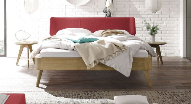 Bett Rakaia mit 25 cm Fußhöhe und rotem Kopfteil