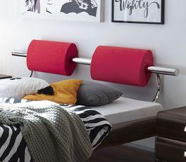 Bett Rocio mit roten Kopfteilpolstern