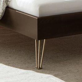 Bett Sirell mit bronzefarbenen Metallfüßen