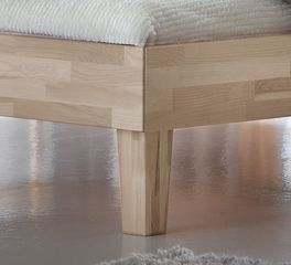 Bett Sunrise mit filigranen Holz-Bettbeinen