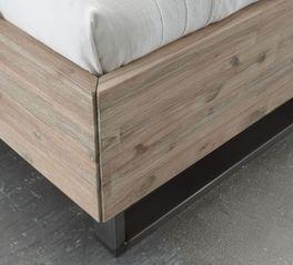 Bett Tampere mit spannender Holzstruktur