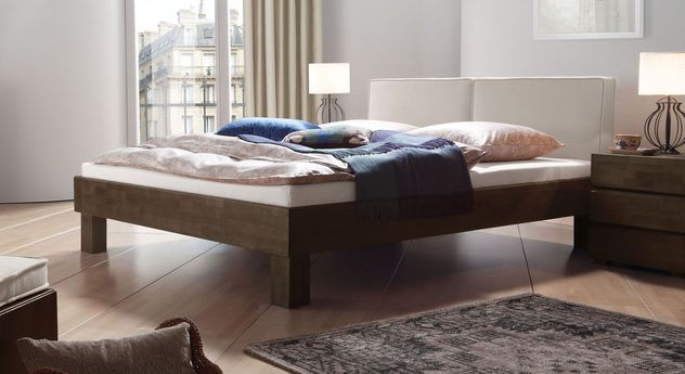 Wengefarbenes Bett Tiago mit kalkfarbenem Kopfteil
