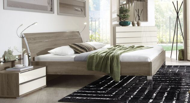 Stabiles Bett Tiko mit ausdrucksstarker Maserung