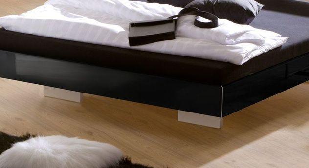 Stabiles Bett Timeless mit versetzten Füßen
