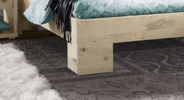 Rustikales Bett Titao mit massiven Blockfüßen