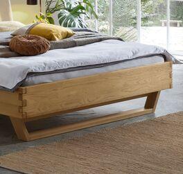 Bett Ubaldo aus Massivholz in Wildeiche mit Holzkufen