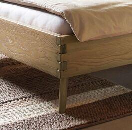 Bett Valentinus aus Massivholz mit lebendiger Maserung