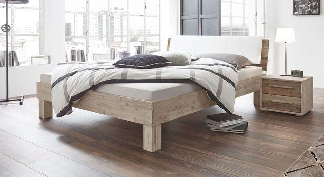 Bett Valtimo mit markanter Maserung am Holzrahmen