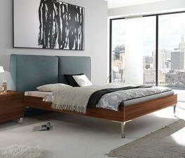 Trendiges Bett Vilmars in stilvollem Materialmix