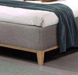 Bett Wiarusmit massiven Holzfüßen