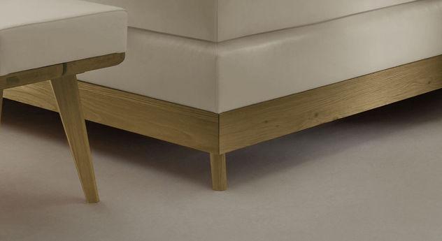 Boxspringbett Binga mit schrägem Fuß aus Holz